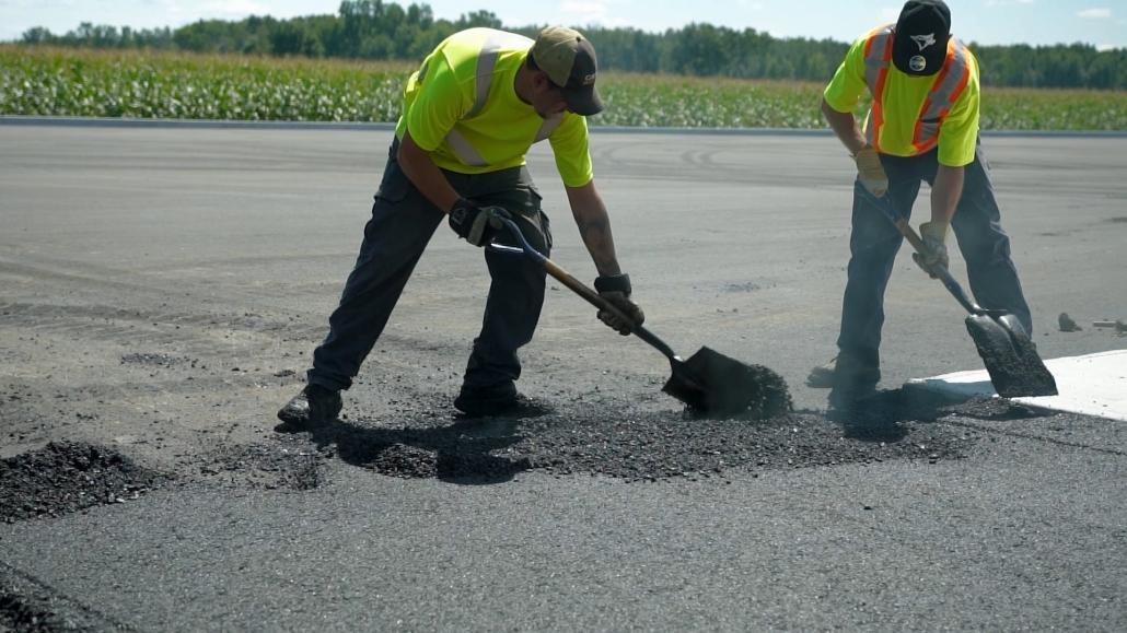 Asphalte JRL Paving men shoveling parking lot
